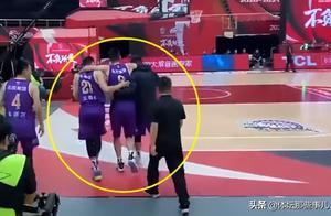 孙悦最新伤情,脚踝扭伤无大碍,队友背他离开球馆太暖心了