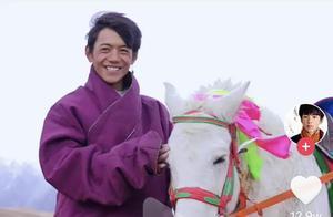 丁真发视频介绍小马,一个作品70w粉丝,笑起来褶子也太多了点
