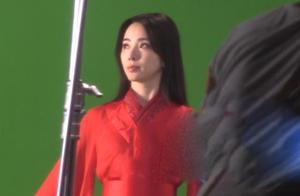 央视主持李思思近照曝光,红衣古装太惊艳,蜂腰长腿不输女明星