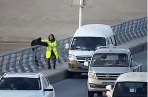 与死神擦肩的10秒!郑州男子跳黄河瞬间,90斤女孩一把拽住!