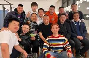 秦霄贤在德云社相声春晚的舞台上大放异彩,一人独揽三个节目