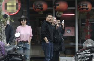 林青霞坐千万豪车吃小面馆,平易近人与粉丝聊家常