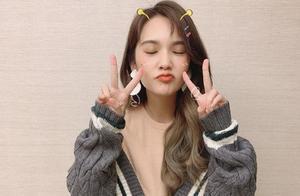 杨丞琳最新演出照超可爱,穿着拼接毛衣嘟嘴卖萌,李荣浩可幸福了