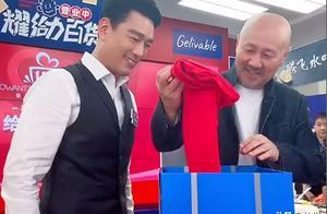 王耀庆送腾格尔红色秋裤,直播间变说唱舞台,场面有趣