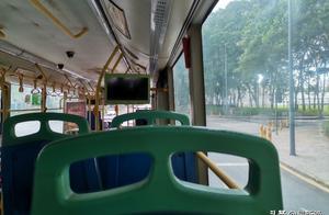 不知为何,很喜欢坐着公交看着车窗外的一切。
