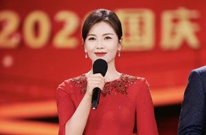 刘涛首次主持央视晚会,正红色落地裙披风款式,大气温婉有范儿