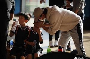 邓超陪等等上篮球课,来自老父亲的爱