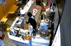 江苏南京一奶茶店闯进野猪,女店员被吓大叫,野猪直接跳上柜台