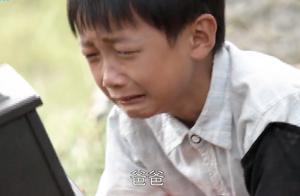妈妈让儿子再看父亲最后一眼,没想到儿子抱着不肯放手,太感动了