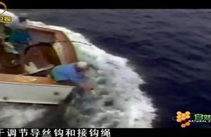 钓枪鱼很危险,它们的力量很大,稍有不慎就可能被拉下船