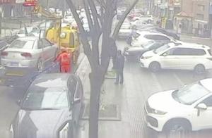 """路边突现""""拦路虎"""",导致交通严重堵塞,看了监控让民警目瞪口呆"""
