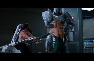 钢甲人本来想砍断金刚狼的爪子,结果没砍中,直接把他的手铐砍断