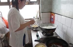 农村妹妹帮忙干活,中午吃饸络西红柿面,不锈钢大碗吃不完也得吃