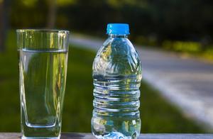 为何自然界中的水上亿年都不会过期,放瓶子里就会有保质期呢?