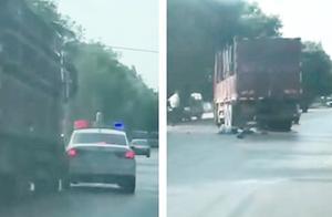 惨烈!无证司机驾改装货车闯卡,辅警拦截遭碾压