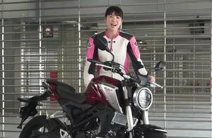 美女SKE48梅本极速试驾,本田 Honda CB125R 摩托车