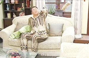 小伙惹怒老婆下场太凄惨!沙发上睡一宿不算,在家从此被当透明人
