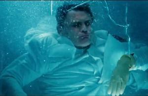 白幽灵心跳停止了,不料医生刚打开舱门,白幽灵突然活了过来