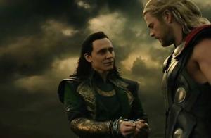 雷神解开洛基手铐,没想到洛基立马给了他一刀,真是无背叛不洛基