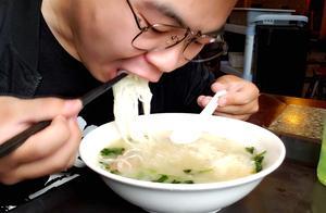 这是正宗的过桥米线?一盘菜,一碗粉,吃着真香啊