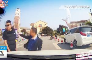 六旬老人拦车闹事,打完司机打警察,抓进派出后:我很后悔