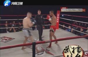 扬眉吐气!中国勇士挑战美国拳王,刚开场五秒钟就打到对手读秒!