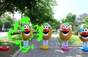 小朋友们穿上大鸡蛋的衣服,抱着曲奇蛋唱歌跳舞