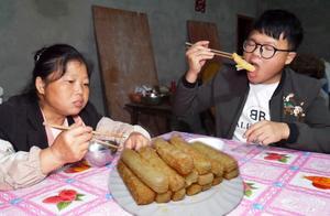 农村老妈炸一盘糍粑条,金黄酥脆,桃子吃得不顾形象,你想吃吗?