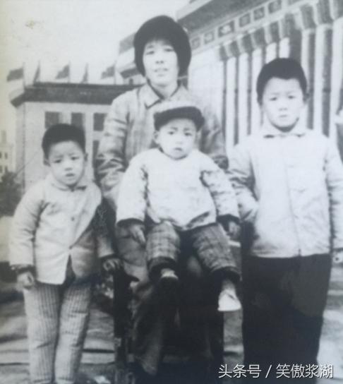 王宝强晒合家照,30年前后对比,宝宝长大妈妈却老了
