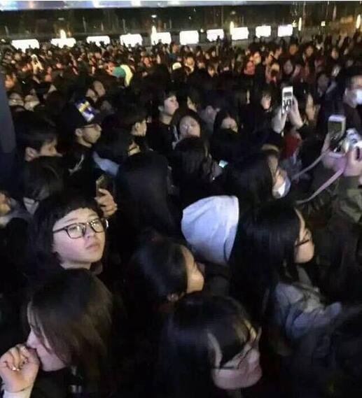 揭秘鹿晗为啥不敢坐飞机?坐高铁惨遭粉丝围堵,现场堪比春运