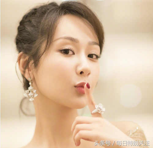 杨紫穿礼服秀酒窝,眨眼那一刻,我感觉恋爱了!