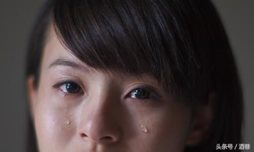 梦见身边的人流眼泪是怎么回事?