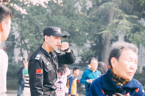 武大樱花节现最帅保安 年仅20岁颜值逆天已有女友