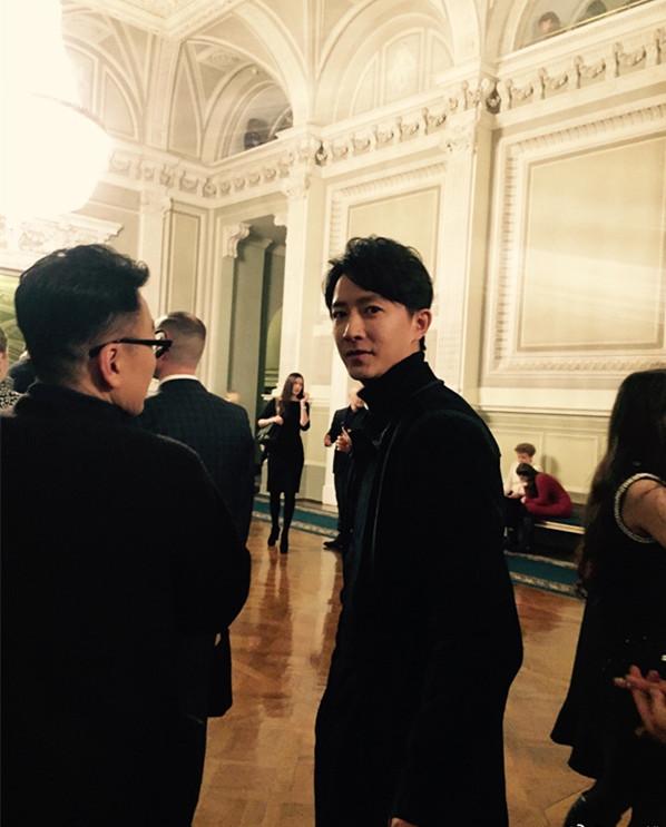 高品味!网友俄罗斯偶遇韩庚看天鹅湖,与粉丝一起自拍超帅气