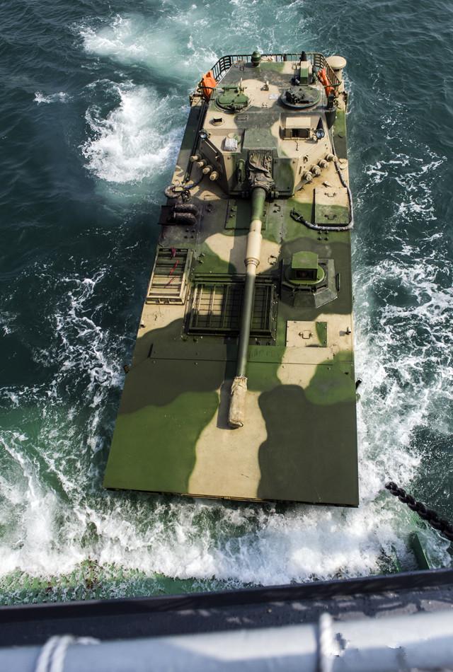 见识一下中国海军的变化吧:看陆战队两栖突击战车群如何抢滩吧