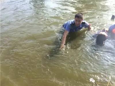 现场直击:女子因琐事想不开跳河寻短见 民警奋不顾身下河救人