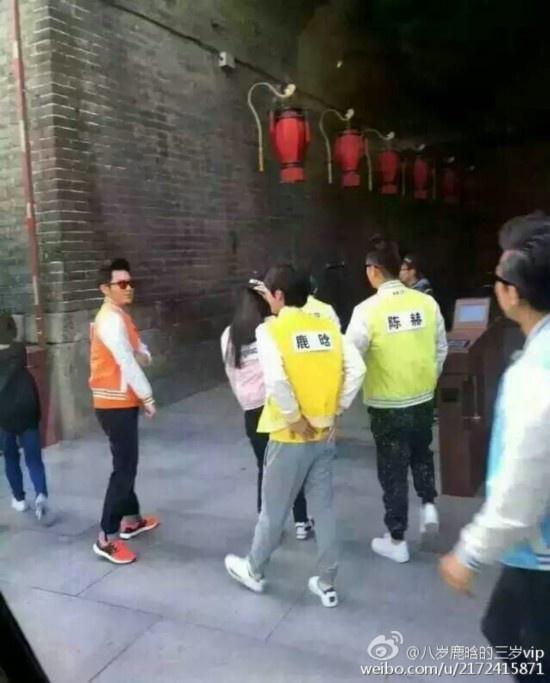 《跑男3》跑男西安站路透:郑恺露魔性笑容 鹿晗遭围堵