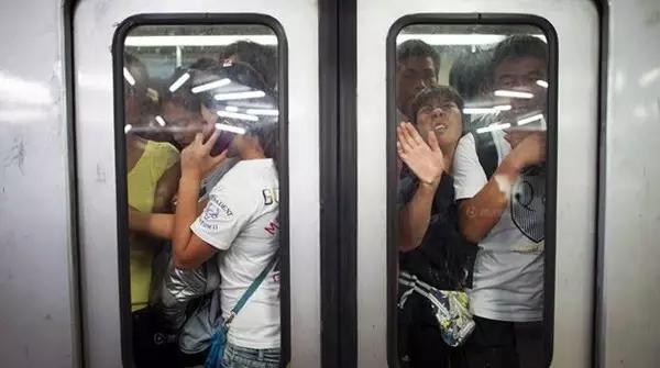 北京地铁 | 鞋都挤掉了!