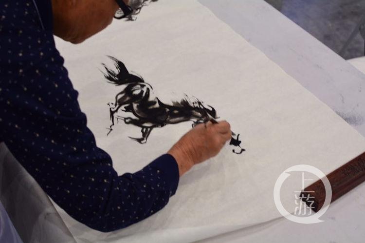 文博会丨作一幅《八骏图》要多久?工艺美术画家泼墨展绝技