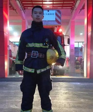 消防战士淡定吃光一盆面 背后真相把朋友圈的小伙伴看哭了