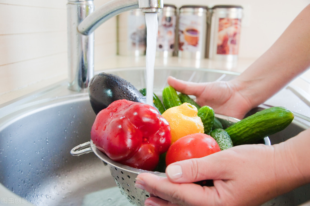 这5种菜不能用清水洗洗就完事了,用错方法越洗越脏,洗不干净的