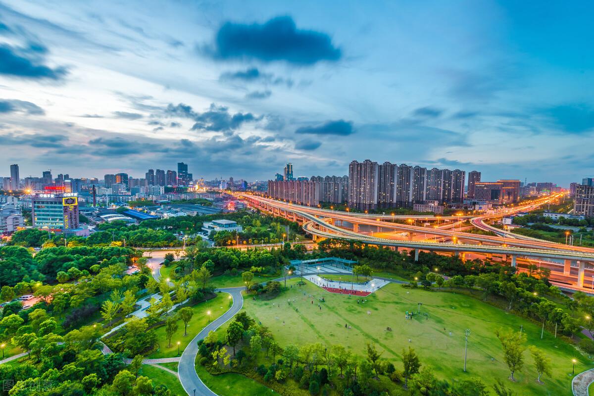 广东省拥有城市百强区前十的一半,江苏省则独占百强县前十的六个