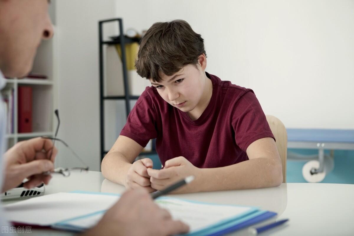 高一男孩颓废沉迷手机,大吼大叫思维极端,培养孩子高自尊是关键