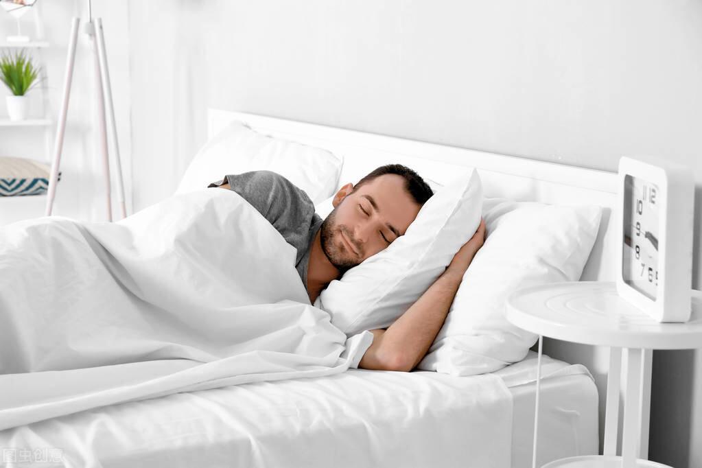 注意,男人性能力与睡姿有关,这3种姿势要不得,赶紧改掉