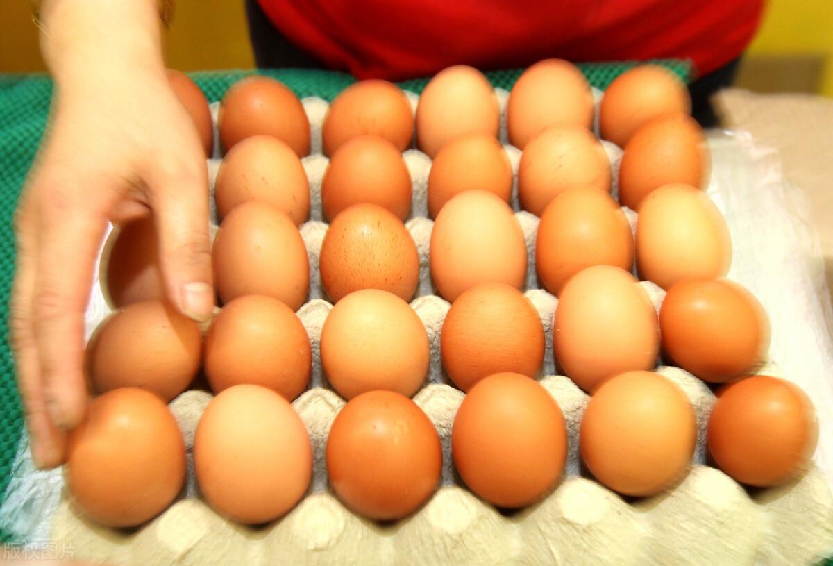 水煮鸡蛋,牢记3个技巧,鸡蛋香嫩营养还高,蛋壳一剥就掉