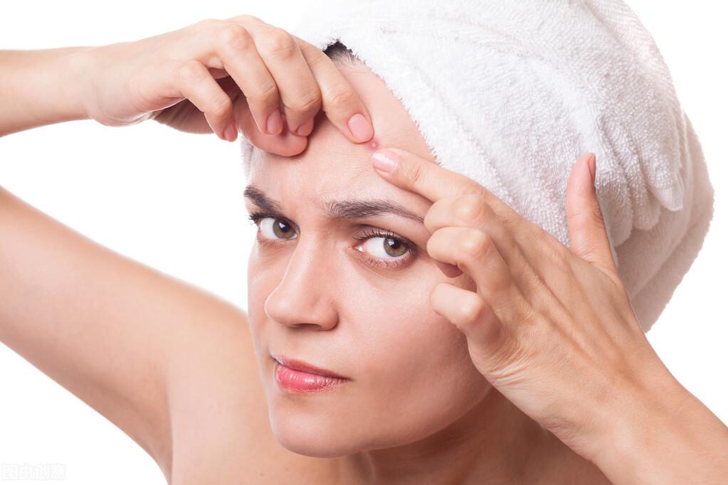 脸上有像小米粒一样的疙瘩是怎回事?多数是这4个皮肤问题在作怪,做好清洁是关键