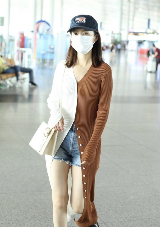 李沁越来越有女人味!拼接针织衫配热裤秀出小鸟腿,身材依然抢镜