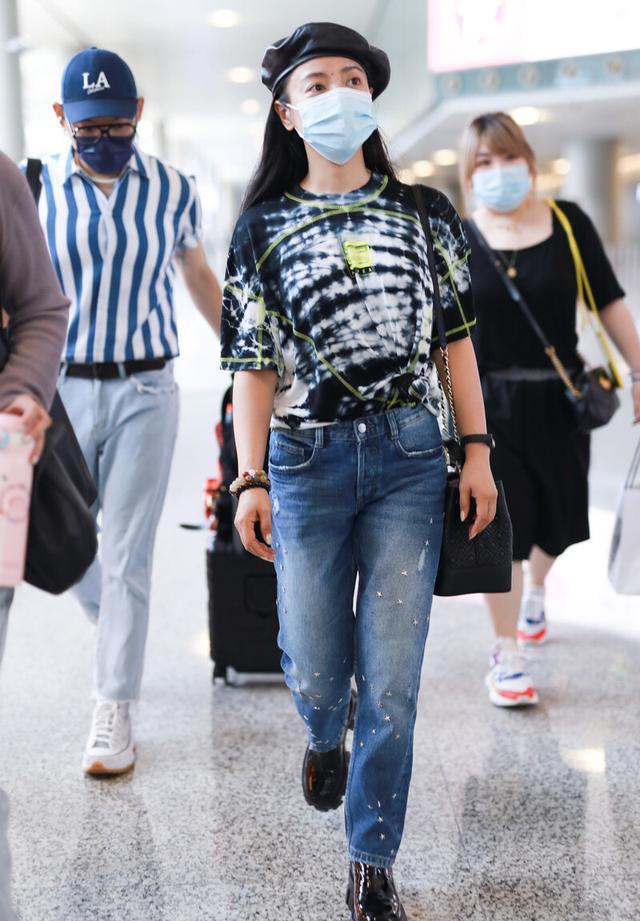丁当穿扎染T恤走机场,虽然身材臃肿有年长感,但打扮的真时髦