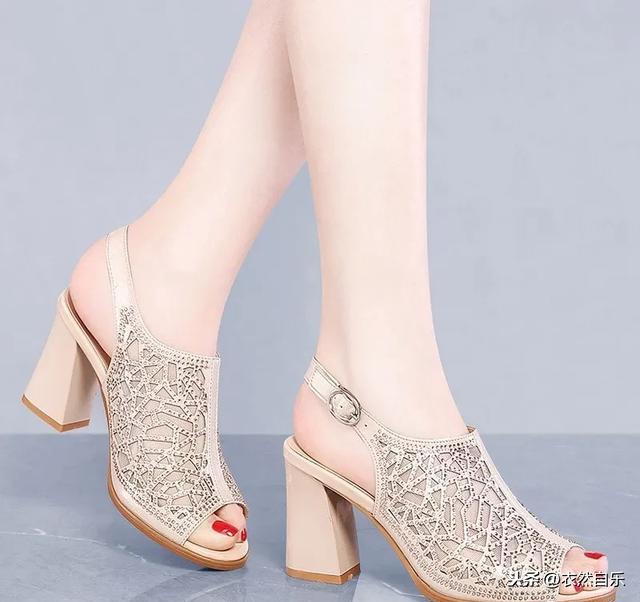 妈妈鞋:三伏天妈妈们都穿这样的女鞋,清凉舒爽,优雅大方