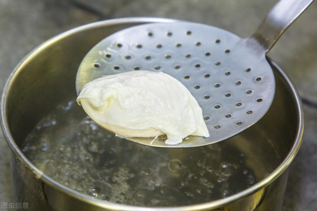 水煮荷包蛋,总是散开有白沫?牢记2个诀窍,鸡蛋圆润不粘锅 美食做法 第7张